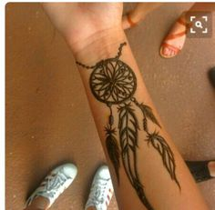 Henna tattoo designs are for tattoo lovers who don't wish to go under the needles. Check out some breathtaking henna tattoos for wrists, arms, and legs here. Henna Tattoo Hand, Henna Mehndi, Henna Tattoo Muster, Small Henna Tattoos, Henna Ink, Simple Henna Tattoo, Henna Body Art, Sexy Tattoos, Body Art Tattoos