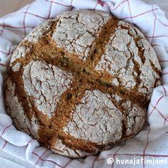 Leivoin yksi päivä marjapiirakkaa, jota varten jouduin ostamaan piimää. Meidän jääkaapissa piimä ei kuitenkaan kulu, joten päätin pyöräyttää ylijääneestä piimästä leivän. (Minulla on muutenkin nyt menossa leipävilitys :D) Leipä oli erittäin hyvää tuoreena, jäähtyneenä kuitenkin sooda puski hieman maussa esiin. Kannattaa silti kokeilla, koska leipä oli supernopea tehdä ja leivännälkä saattaa iskeä hyvinkin yllättäen!