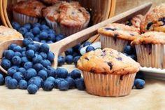 Low Carb Heidelbeer Muffins mit Heidelbeeren daneben