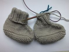 Project Baby Slippers - Instructions and News (Ines st .- Projekt Baby-Hausschuhe – Anleitung und Neuigkeiten (Ines strickt) Project Baby Slippers – Instructions and News Knitted Baby Blankets, Crochet Baby Hats, Knitted Hats, Knit Crochet, Knitted Booties, Free Knitting, Baby Knitting, Knitting Patterns, How To Start Knitting