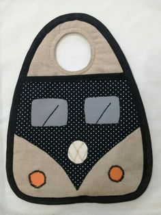 Lixeirinha para carro modelo kombi Baby Bib Tutorial, Felt Phone Cases, Diy Gifts To Make, Chicken Crafts, Fabric Origami, Fabric Gifts, Baby Bibs, Fabric Scraps, Small Gifts
