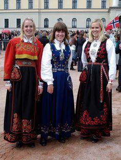 Three Norwegians in national costume in front of the Royal Palace (2008 in Oslo).