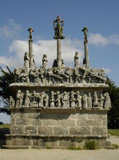 Calvaire de Tronoën.St Jean Trolimon, Finistère Sud, Bretagne, France. Le récit de la vie du Christ gravé dans la pierre