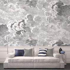 Salon classique et moderne, coussin rayés et papier peint Nuvole, design Piero Fornasetti, Cole & Son