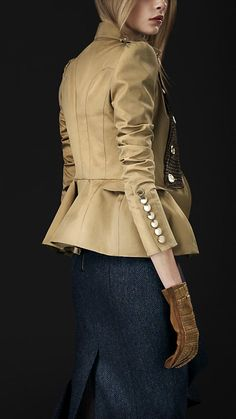 Burberry available at Luxury & Vintage Madrid, the leading fashion shopping site Look Fashion, Fashion Outfits, Womens Fashion, Fashion Design, Fashion Trends, Coats For Women, Jackets For Women, Military Style Jackets, Tailored Jacket