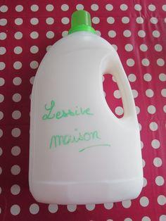 Je fabrique ma lessive « maison » 60 g de savon de Marseille (hypoallergénique) 3 cuillères à soupe de Bicarbonate de Soude (détache le linge et neutralise les odeurs) 100 ml de Vinaigre blanc (assouplit et détartre la machine à laver) 20 gouttes d'Huile essentielle de Lavandin, Citron, Tea Tree, Orange … (pour parfumer et pour l'action désinfectante) 3 litres d'eau Homemade Cosmetics, Baby Time, Natural Living, Clean House, Cleaning Supplies, Diy And Crafts, Bottle, Handmade, Blog