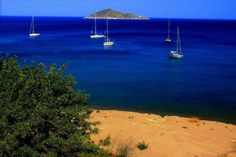 Beach, sails and small islet. Santorini, Acropolis, Ancient Greece, Greek Islands, Wind Turbine, Sailing, Heaven, Around The Worlds, History