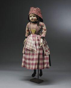 Miniatuurpop gekleed als ongehuwde vrouw uit Hindeloopen in de tweede helft van de 18de eeuw. #Friesland #Hindeloopen