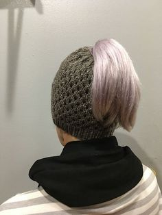 The Best Free Knit Ponytail Hat Patterns (Messy Bun Beanies) On Trend For The Season! Messy Bun Knitted Hat, Ponytail Hat Knitting Pattern, Beanie Pattern Free, Free Pattern, Knit Hats, Knitting Patterns Free, Free Knitting, Ponytail Beanie, Bun Beanies