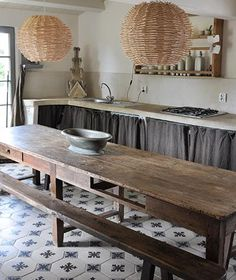 Cuisine avec table rustique en bois et bancs assortis (No to the light fixtures, yes to the table and simple cabinets. Quirky Kitchen, Old Kitchen, Rustic Kitchen, Country Kitchen, Vintage Kitchen, Kitchen Dining, Rustic Wooden Table, Wooden Tables, Cozinha Shabby Chic