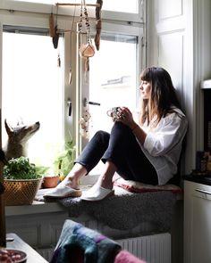 """""""Jeg tænker på ikke mit hjem som 1 rum. Jeg har rum i rummet – steder, hvor jeg laver forskellige ting. Jeg sidder ved køkkenbordet og arbejder, jeg maler på gulvet, jeg sidder og lytter til musik i den ene ende af sofaen, jeg har min seng… På den måde fungerer det for mig at bo i 1 rum"""", siger Nor."""