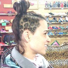 Nos flipa el peinado de @saritadelgado28, va a juego con la decoración de nuestra tienda!! #brutalzapas #animalprint #love