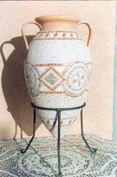 Anfora di terracotta con tessere in mosaico. Creatore: Valentino Borghi