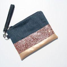 Pochette à main en jean recyclé , simili cuir doré et paillettes or rose avec dragonne amovible en jean