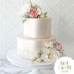 Happy 2016! We're happy to be back and wanted to share this beautiful cake, decorated by Faye, for Elizabeth and Roan at Oatlands House. Just divine. #FayeCahillCakeDesign #SydneyWeddings @oatlandshouse_navarravenues