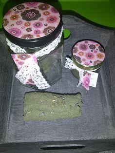 Milde gezichtscrub (lush dupe). Met groene klei, amandelmeel, glycerine, rozenwater, lavendel en lavendelolie. In het kleine potje zit een masker van groene klei, amandelolie en lavendelolie.