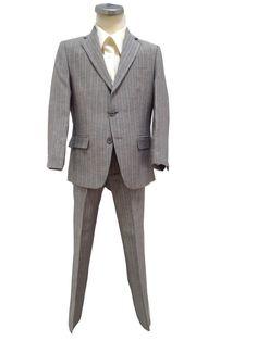 Grijs/blauw linnen bruidsjonker pak bestaat uit een mooie smalle broek met recht pijp en een jasje (italiaans model). Jasje met 2 knopen en 2 splitten achter. In de stof van het pak zit een dunne licht ivoren streep doorheen.
