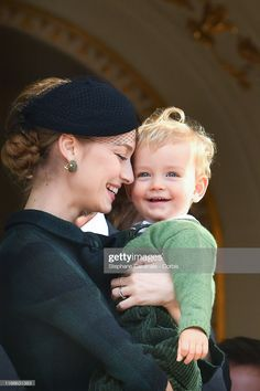 Beatrice Casiraghi and her son Francesco pose at the Palace balcony during the Monaco National Day Celebrations on November 2019 in Monte-Carlo, Monaco. Erstklassige Nachrichtenbilder in hoher Auflösung bei Getty Images