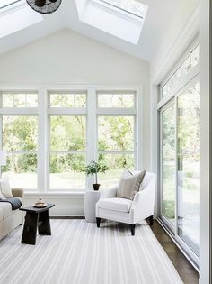 Cozy Modern Farmhouse Sunroom Decor Ideas - Creating A Unique Space With Sunroom Decorating The only way to make your sunroom a personal sanctuary is to choose a sunroom decorating scheme which . Farmhouse Remodel, Farmhouse Style Kitchen, Modern Farmhouse Kitchens, Farmhouse Decor, Farmhouse Ideas, Farmhouse Windows, Country Kitchen, Style At Home, Sunroom Windows