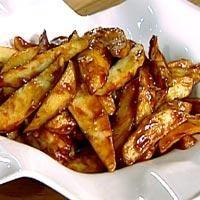 """Patatas bravas - """"Ildfulle"""" poteter"""" - potetstrimler med en sterk rød saus. Dette er en av de mest populære spanske tapasrettene."""