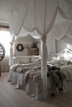 KNORKAN: FÖRSTA KRANSEN OCH UTFÖRSÄLJNING Bedroom Red, Room Ideas Bedroom, Red Bedroom Design, Bedroom Makeover, Bedroom Diy, Dreamy Room, Canopy Bedroom, Girl Bedroom Decor, Dream Rooms