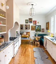 (Read more). modern home decor Minimalist and modern home decor inspiration. Simple home decor ideas. Eclectic Kitchen, Boho Kitchen, Eclectic Decor, 1930s Kitchen, Parisian Kitchen, Funky Kitchen, Colorful Kitchen Decor, Eclectic Modern, Modern Decor