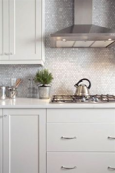 Modern Kitchen 29 Top Kitchen Splashback Ideas for Your Dream Home - Penny Tile Splashback - Would you like to update your kitchen without undergoing a full remodel? Check out our top kitchen splashback ideas to get inspiration! Modern Kitchen Backsplash, Kitchen Tops, New Kitchen, Backsplash Tile, Kitchen Ideas, Kitchen Cabinets, Dark Cabinets, Kitchen Decor, Country Kitchen