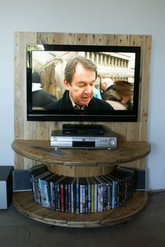 Pallet TV Stand From Reclaimed Cable Drum & Pallet Wood Tv Pallet, Pallet Tv Stands, Pallet Ideas, Recycled Pallets, Wood Pallets, 1001 Pallets, Repurposed Wood, Wooden Crates, Cable Drum