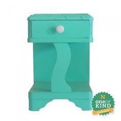 Criado Mudo Verde, mudo com acabamento em laca verde água. Possui 1 gaveta e puxador em cerâmica.
