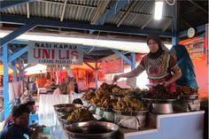 Nasi Kapau, menu makan siang yang super komplit. Ragam kekayaan makanannya membuat Ranah Minang bergitu terkenal. Nasi Kapau salah satunya. Masakan yang berasal dari Kapau, yaitu sebuah kampung yang berada dekat Kota Bukittinggi, sangat tersohor dengan gulai kapau nan kaya bumbu serta lezat bukan main. Di Bukittinggi, terdapat sebuah tempat yang menjual khusus nasi Kapau. Tempat tersebut bernama Los Lambuang, terletak di Pasar Lereng dekat Pasar Atas.