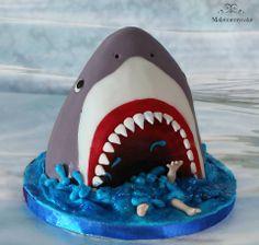 Siempre es divertido hacer una tarta así, pero más aún si te piden el tiburón de Debbie Brown Cakes. El pobre hombrecillo no lo debe estar pasando muy bien que se diga...lo que sí se es que el tiburón está rico rico!!  ;) Its always fun to make a cake like this but when someone asks you for the Debbie's Brown shark, even better. Poor guy, I am sure he is not having a good time...at least the shark is super yummy!!! ;)