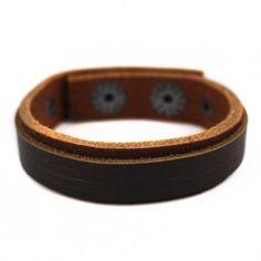 Bracelete Slin em Couro Natural marrom com 01 faixa sobreposta de couro na cor marrom.