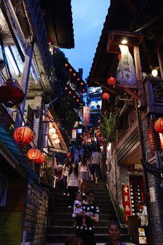 九份 Taiwan Travel, Asia Travel, Beautiful Places, Beautiful Pictures, Japan Street, Chinese Architecture, Japanese Streets, Places To Travel, Street Photography