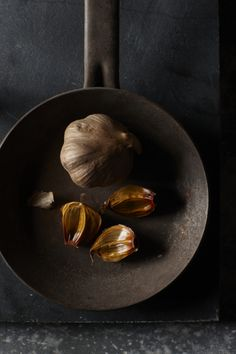 black garlic Black Garlic, Black Is Beautiful, Food Styling, Food Photography, Black And White, Simple, Steak, Recipes, Garlic