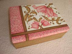 caixa decorativa toda pintada a mão, pintura aquarelada country e carimbos.  Cores podem ser alteradas.