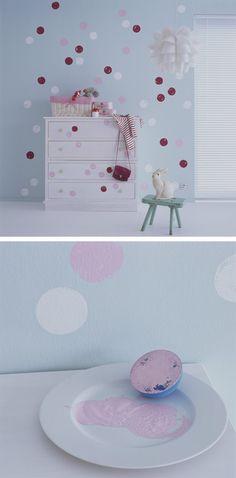 Decorar de forma fácil um quarto de forma fácil, sem muitos gastos e sem recorrer ao papel de parede, é possível. Pinte de forma repetida um padrão gráfico duas ou várias cores numa parede ou num móvel, e surpreenda-se com o efeito dinâmico. Aconselhamos que utilize o esquema 603010 para escolher a combinação de cores. Experimente o truque do carimbo de batata – mergulhe a batata na tinta e depois é só carimbar. http://cindecor.cin.pt/?s=bolas