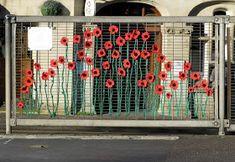 URBAN KNITTING BILBAO: amapolas en la ciudad Yarn Crafts, Diy And Crafts, Fence Weaving, Jardin Decor, Graffiti, Fence Art, Cross Stitch Art, Remembrance Day, Yarn Bombing