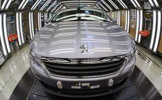 Depuis le début du mois, la moitié des clients des concessionnaires PSA-Peugeot-Citroën et Mercedes choisissent le leasing pour leur voiture neuve. La location longue durée attire de plus en plus d'automobilistes, qui apprécient de pouvoir changer plus souvent de véhicule et de monter en gamme. Mais est-ce vraiment intéressant financièrement ? Réponse ce mercredi sur RMC de François Roudier, porte-parole du comité des constructeurs français d'automobiles (CCFA).