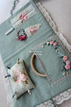 프랑스 자수 자격증 과정 누구나 처음 시작은 걸음마 배우기… Curso de certificación de bordado francés Todo el mundo es como empezar a aprender el primer paso … Es el comienzo de la fatiga. Sewing Caddy, Sewing Box, Sewing Notions, Hand Sewing, Silk Ribbon Embroidery, Embroidery Stitches, Embroidery Patterns, Hand Embroidery, Sewing Patterns
