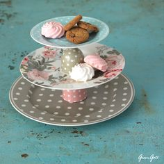 GreenGate used 1 dinnerplate, 1 plate and 1 saucer for the 3 tiers and 2 egg cups to create space between the layers. You can also use latte cups or small French bowls in between the plates.