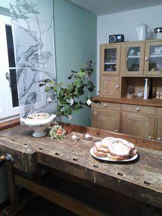 ....den ganzen Tag gearbeitet :grinning: den neuen alten Tisch hochgetragen .Das ist die alte Hobelbank von meinem Vater von 1952...... Und vielen Dank an ZeHa für die schönen Anhänger :kissing_heart: so morgen geht's weiter,wünsche euch einen schönen Abend Herbi :grinning: