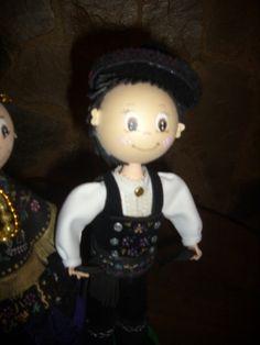 Fofucho charro en goma eva. Detalle del chaleco pintad a mano, así como detalle de la camisa y sombrero típico charro. elenamartinlopez.blogspot.com