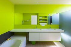Ook de badkamermeubels in volkern werden door het architectenkoppel zelf ontworpen. De lijn van de spiegel loopt optisch door in het douchescherm.