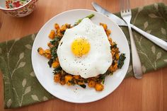 Sweet potato and kale hash. A healthy and nutritious breakfast doesn't have to be boring. Pump up your mornings with this flavor-packed hearty breakfast recipe. Nutritious Breakfast, Paleo Breakfast, Breakfast Recipes, Breakfast Hash, Strawberry Breakfast, Sunday Breakfast, Indian Breakfast, Free Breakfast, Breakfast Dishes