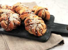 Finns det något godare än nybakade kanelbullar? Här är Roys bästa recept! Baking Recipes, Cake Recipes, Dessert Recipes, Swedish Recipes, Sweet Recipes, Roy Fares, Swedish Cookies, Cookie Bakery, Desserts