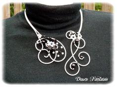 Collier fil aluminium noir et blanc fleur : Collier par douce-fantaisie sur ALittleMarket.