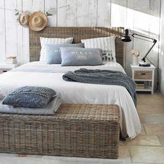 Pie de cama de caoba maciza y mimbre An. 130 cm   Maisons du Monde