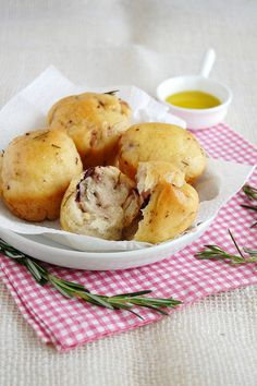 Olive and rosemary breads / Pãezinhos de azeitona e alecrim by Patricia Scarpin, via Flickr
