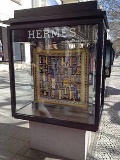 BERLIJN>HERMES.  Vreselijk patroon/dessin. Te veel herhaling, aanwezige kleuren, niet vernieuwend.
