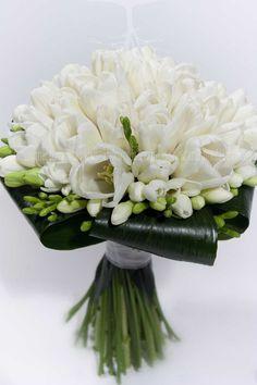 Las flores el día de la celebración son la parte más importante de la decoración, lo que hará tu boda distinta. Habrá que elegirlas según el estilo de boda a celebrar. La forma,
